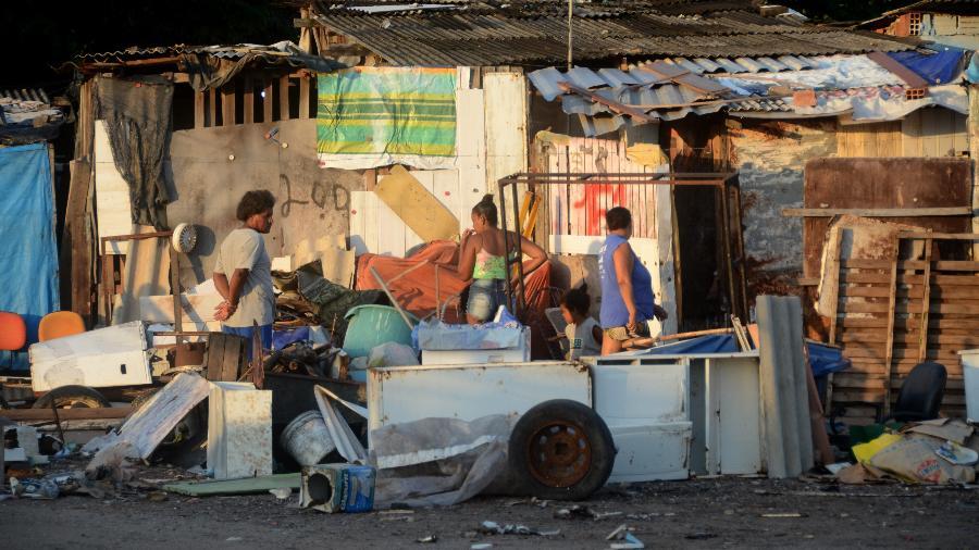Moradores da comunidade mais pobre de Maceió (Imagem: Beto Macário/UOL)