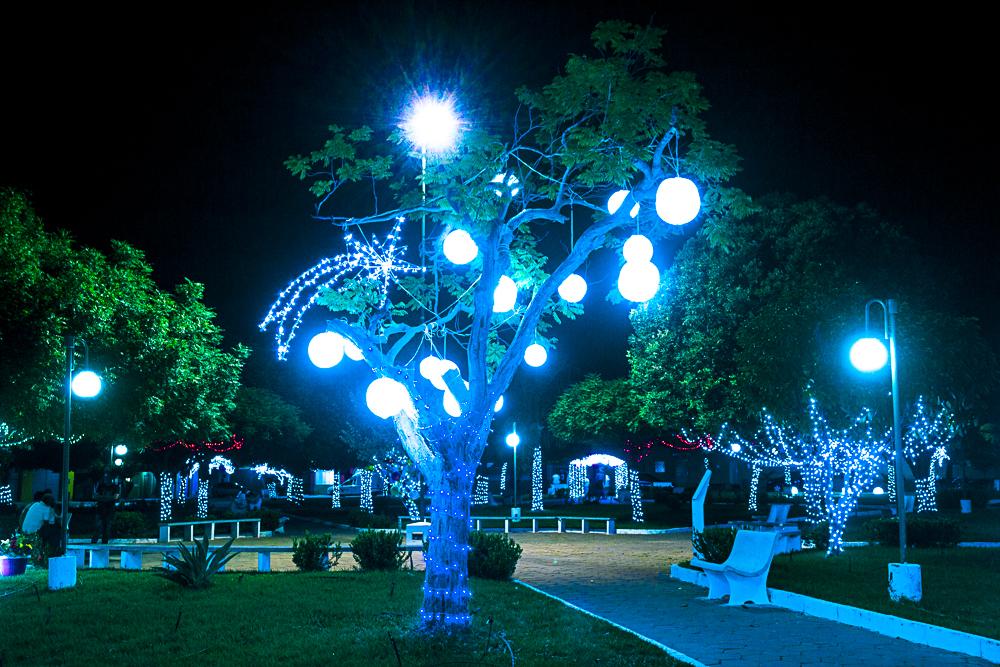 Confira a decoração natalina da praça 28 de Dezembro, em Joaquim Pires - PI - Imagem 26