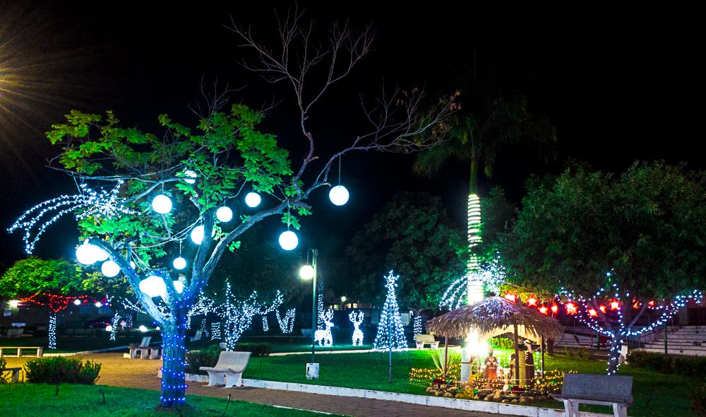 Confira a decoração natalina da praça 28 de Dezembro, em Joaquim Pires - PI - Imagem 20