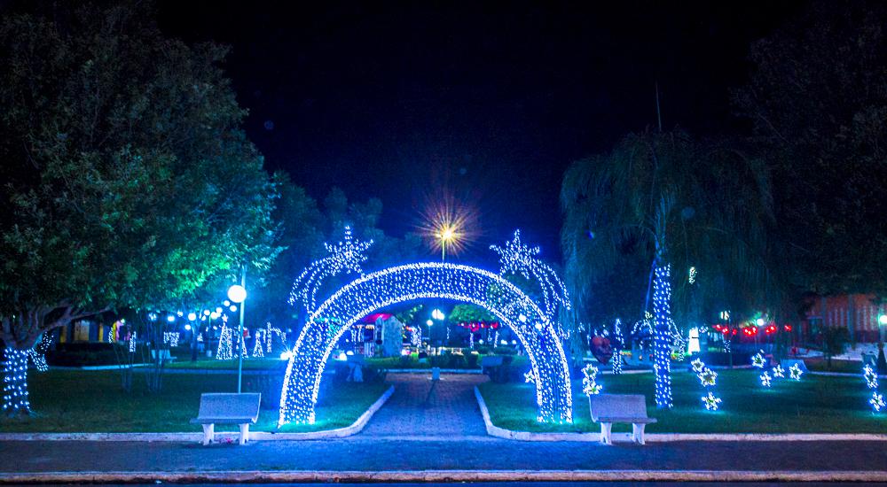 Confira a decoração natalina da praça 28 de Dezembro, em Joaquim Pires - PI - Imagem 1