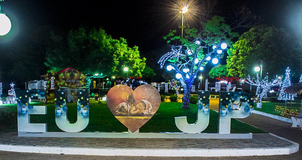 Confira a decoração natalina da praça 28 de Dezembro, em Joaquim Pires - PI - Imagem 16