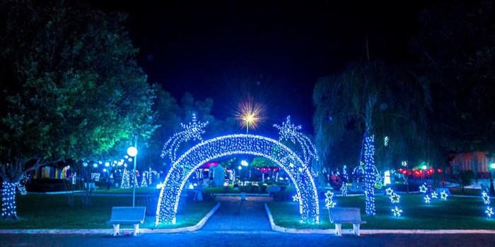 Confira a decoração natalina da praça 28 de Dezembro, em Joaquim Pires - PI