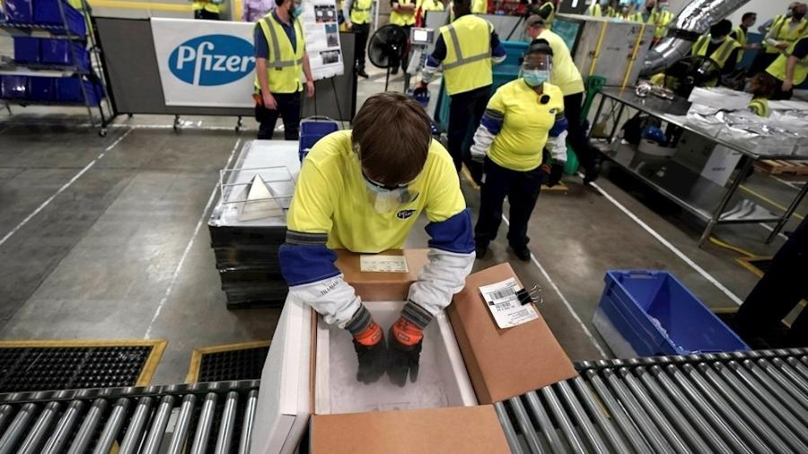 Funcionários preparam caixas para distribuição das primeiras doses da vacina da Pfizer nos Estados Unidos - Imagem: EFE/EPA/MORRY GASH / POOL