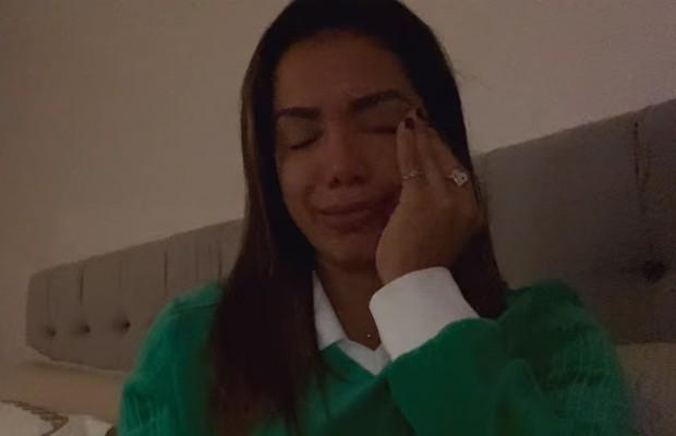 Anitta chora muito ao relatar estupro