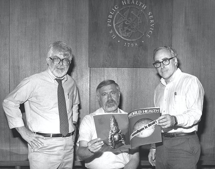 Diretores do Programa Mundial de Erradicação da Varíola anunciam em 1980 o êxito da campanha (Foto: Getty Images)
