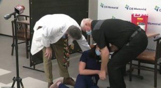 Enfermeira desmaia após tomar vacina de Covid-19. Foto: Reprodução YouTube