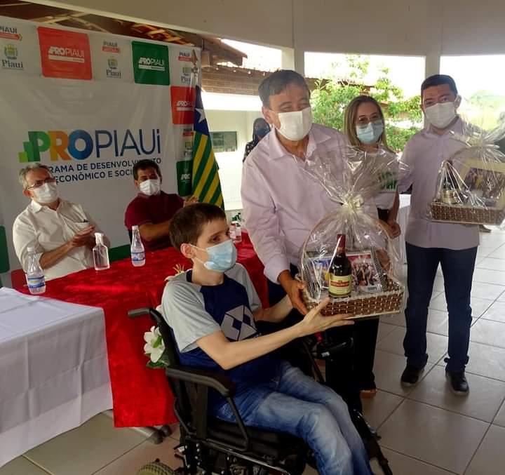 Governador Wellington Dias e equipe do governo visitam Jatobá do Piauí e entregam obras relevantes no município. - Imagem 9