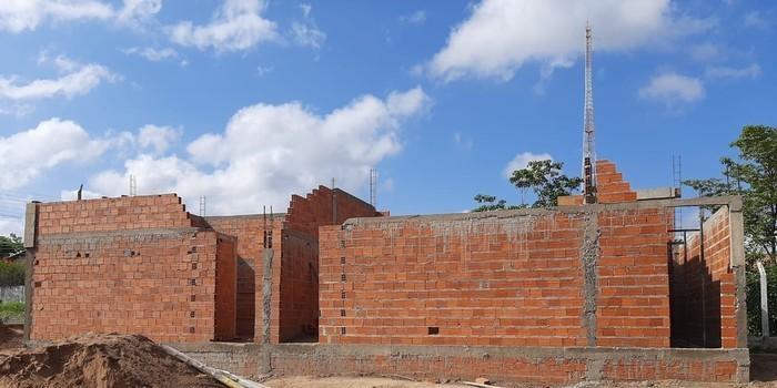 Obras aceleradas de construção do Estádio Cariocão em Monsenhor Gil