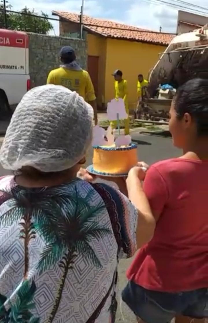 Confeiteira prepara bolo surpresa para garis em Teresina; assista! - Imagem 1