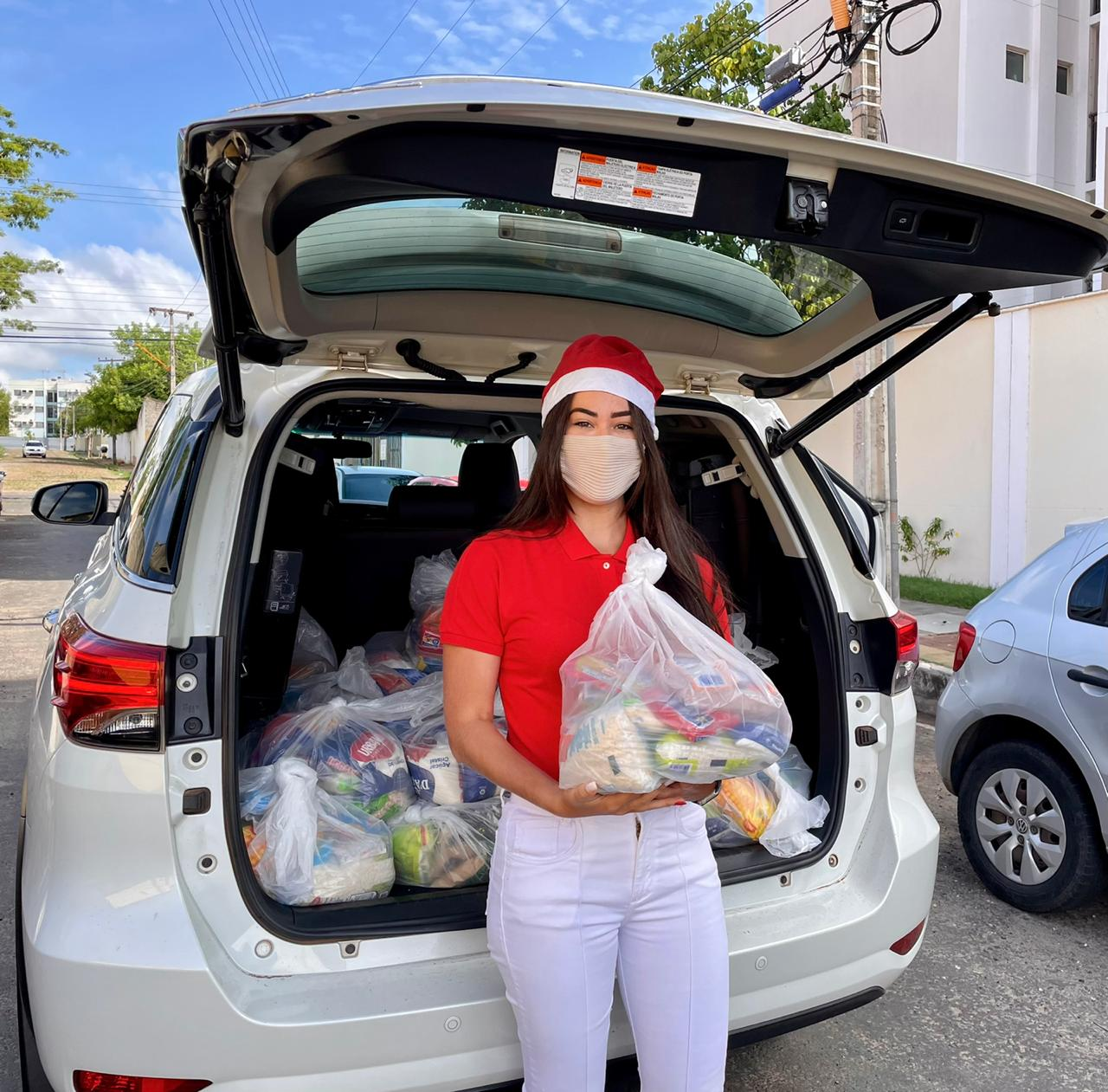 Vereadora Fernanda Gomes faz entrega de doações às famílias carentes - Imagem 2