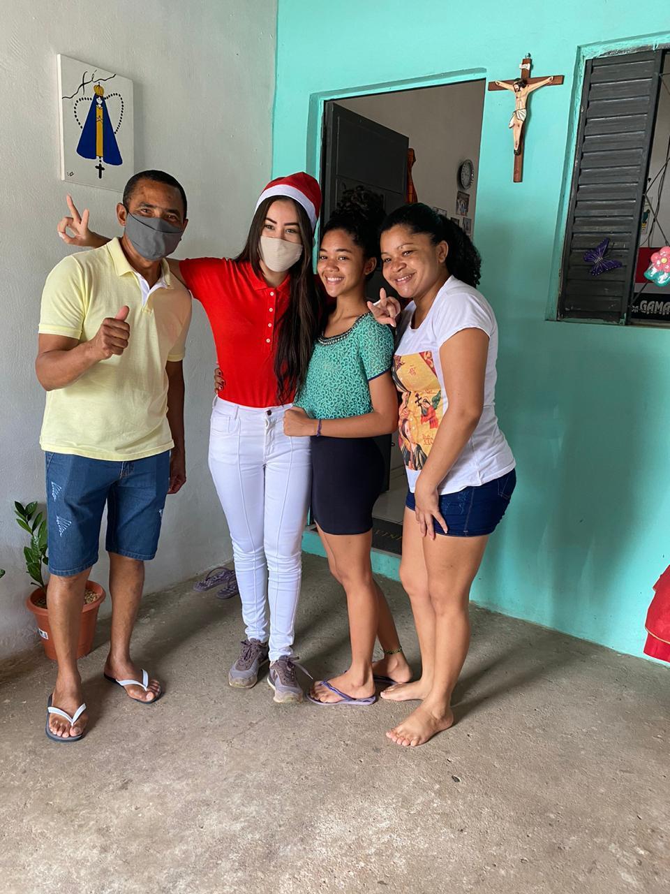Vereadora Fernanda Gomes faz entrega de doações às famílias carentes - Imagem 1