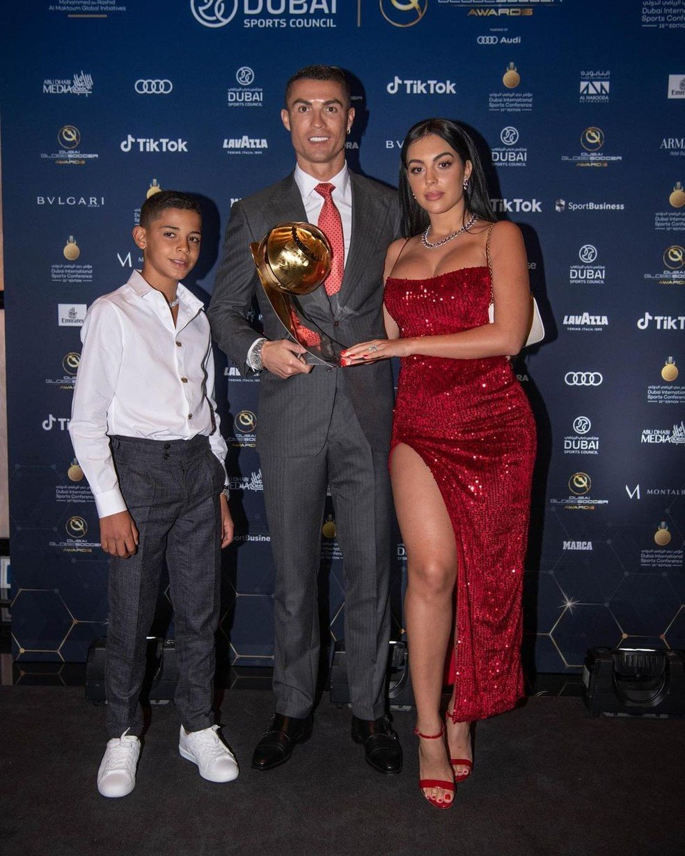 Cristiano Ronaldo ao lado do filho e da esposa Georgina - Foto: Reprodução/Instagram