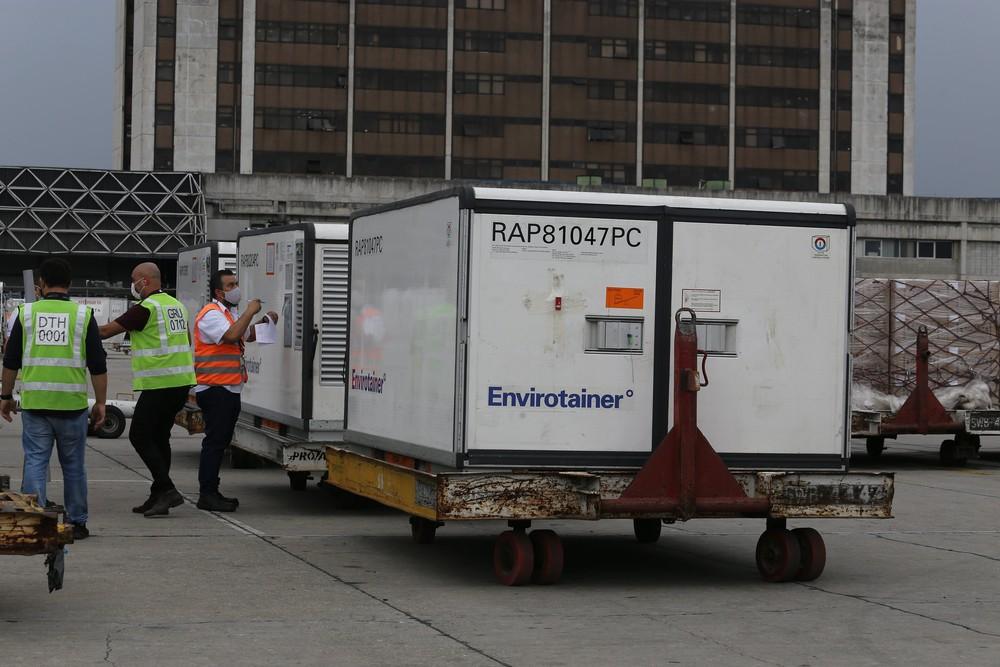 Funcionários do Aeroporto de Cumbica recebem carga com 500 mil doses de Coronavac — Foto: Divulgação/Instituto Butantan