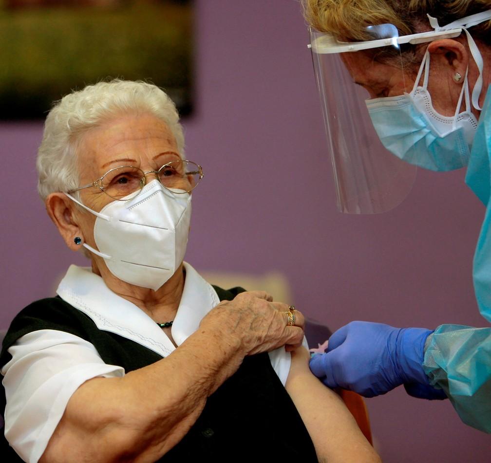 Araceli Hidalgo recebe a vacina contra a Covid-19 — Foto: Pepe Zamora/Reuters