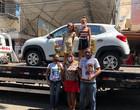 Assine Ganhe: Família recebe Renault Kwid 0KM na Praça Rio Branco