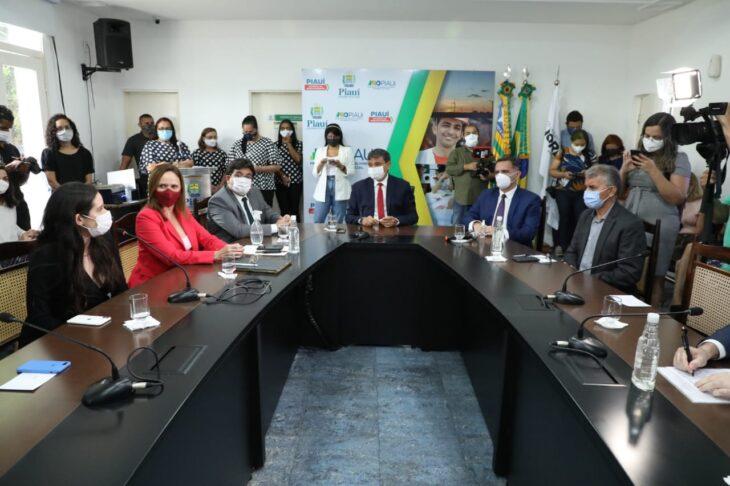 Wellington Dias assina contratos da PPP das Miniusinas de Energia Solar