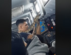 Homem com píton presa ao pescoço em ônibus assusta passageiros; vídeo
