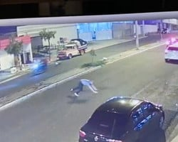 Vídeo: Professor quase é atropelado ao tentar fugir de assaltantes