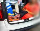 Família é flagrada carregando a sogra no porta-malas