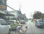 Mãe se lança na estrada para salvar filha de atropelamento;vídeo
