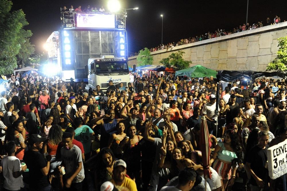 Multidão seguiu os trios com coreografias. Foto: Edi Vasconceles