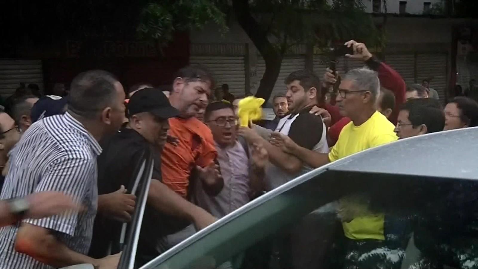 CE:Cid Gomes tenta entrar em batalhão com retroescavadeira e é baleado - Imagem 3
