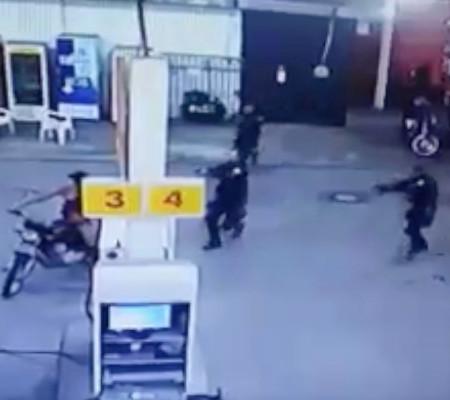 Vídeo: Homem deixa arma cair na frente de guardas e acaba preso