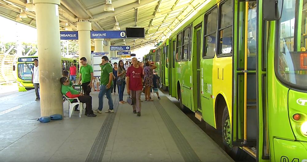 Dupla faz arrastão em ônibus e rouba mais de 70 passageiros em THE - Imagem 1
