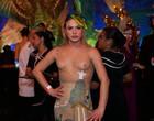 Glamour Garcia deixa seios à mostra para baile no Rio; vídeo