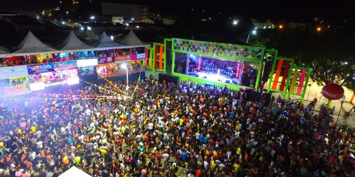 Terceiro dia de carnaval em Água Branca tem desfile e grandes bandas na arena da folia