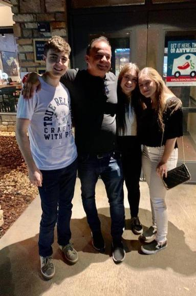 Filhos de Gugu Liberato surgem sorridentes em foto com amigo nos EUA - Imagem 1