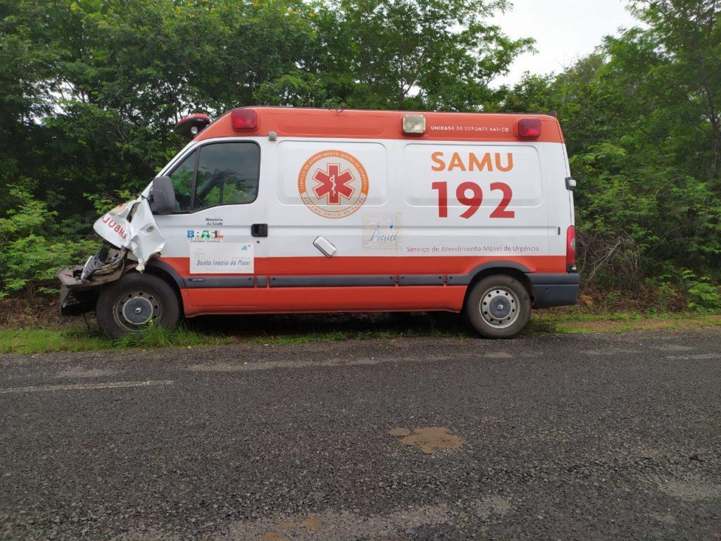Ambulância do SAMU fica danificada ao colidir contra animal na PI-143  - Imagem 4