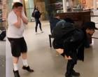 Fernando abaixa a calça em público durante viagem fora do país; vídeo
