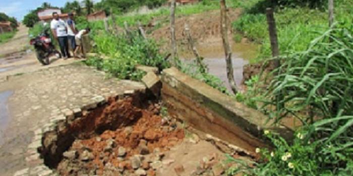 Obras de raspagem em margem de riacho tem consequência negativa com erosão na rua Alto da Luz