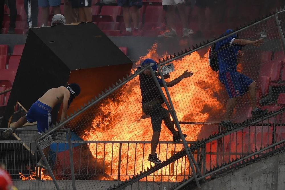 Torcedores da La U depredam estádio Nacional de Chile durante partida contra o Inter — Foto: Arquivo pessoal