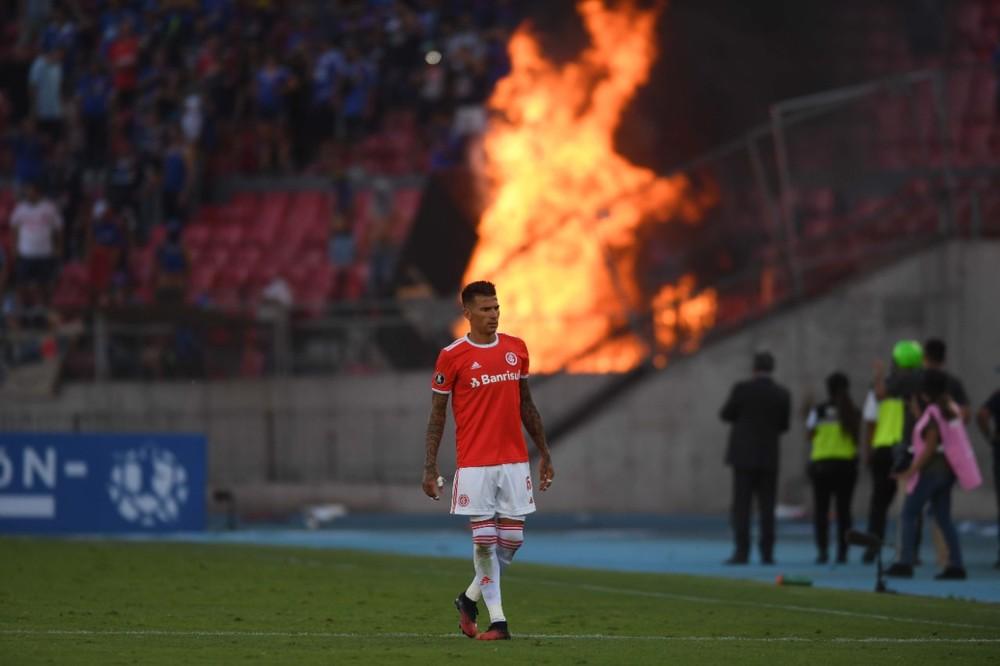 Victor Cuesta na partida contra a La U enquanto torcedores ateavam fogo no estádio Nacional de Chile — Foto: Arquivo pessoa