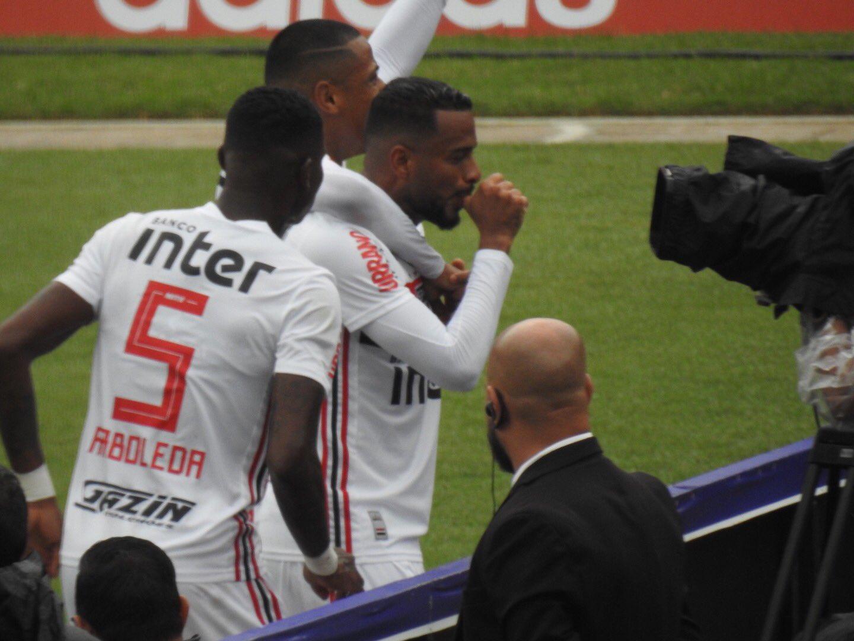 São Paulo vence Ponte Preta com bom 1º tempo e dispara na liderança  - Imagem 1