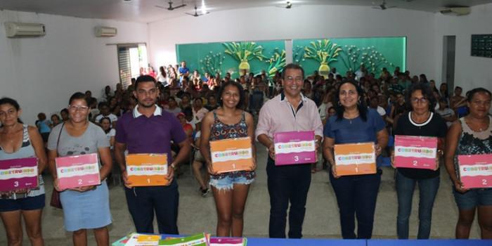 Alunos da educação infantil de Água Branca recebem novos livros