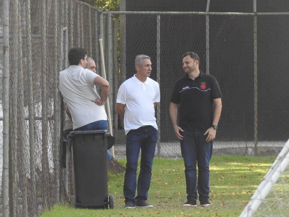 Alexandre Campello e André Mazzuco durante treino em que o executivo anunciou a permanência de Abel no Vasco — Foto: Hector Werlang