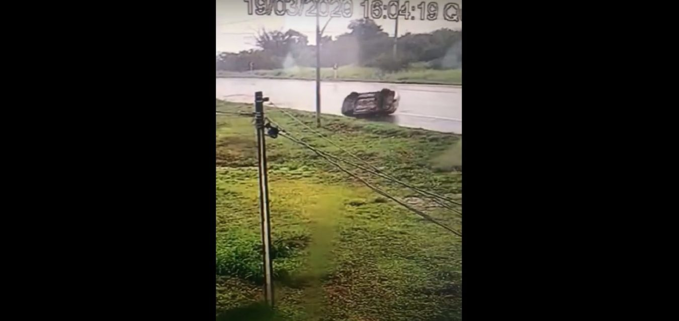 Motorista perde controle de carro e capota na BR-316 no Piauí; vídeo - Imagem 1