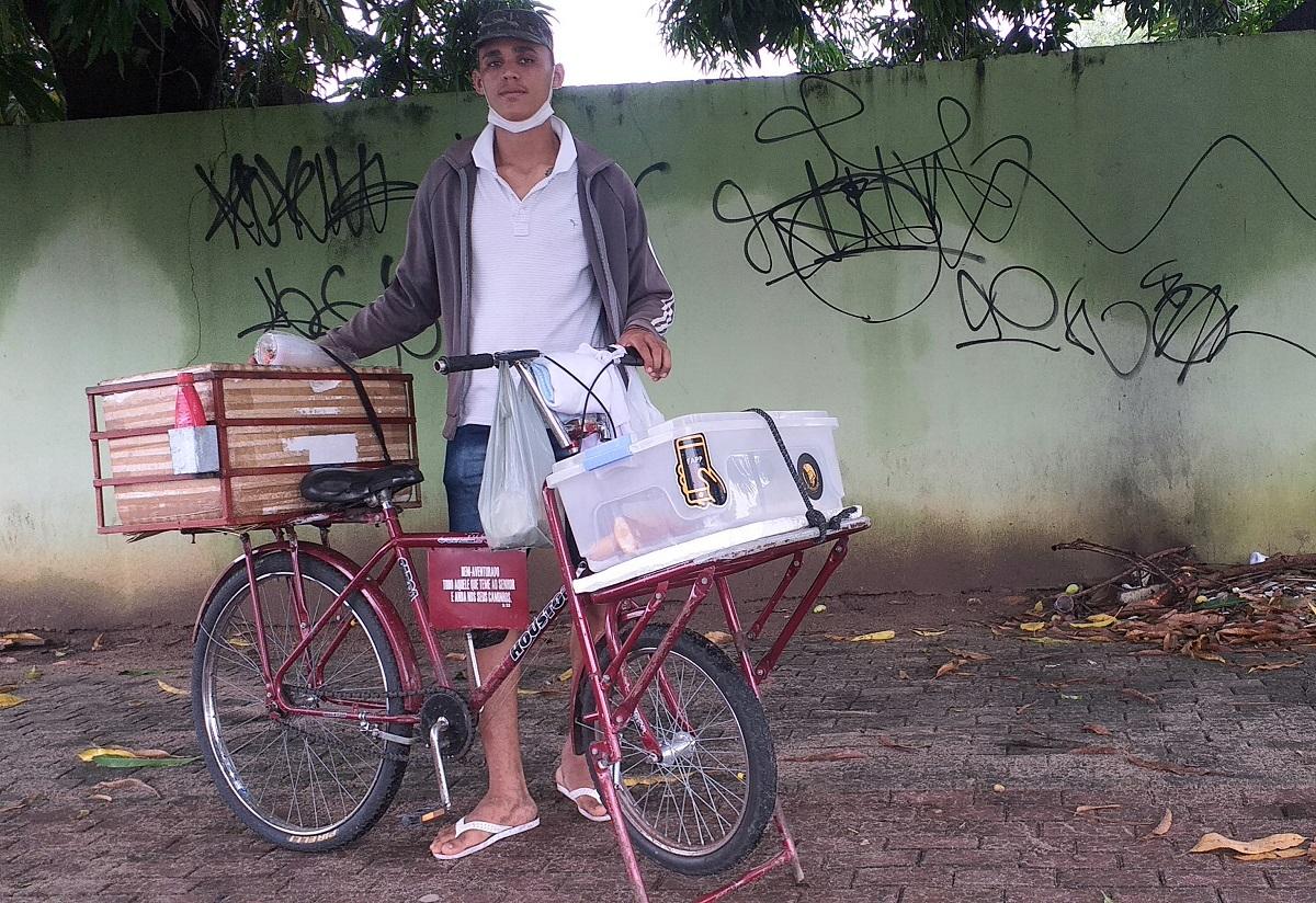 Adeilson Oliveira, vendedor ambulante nunca voltava para casa com lanche; o cenário mudou | Crédito: Ananda Soares