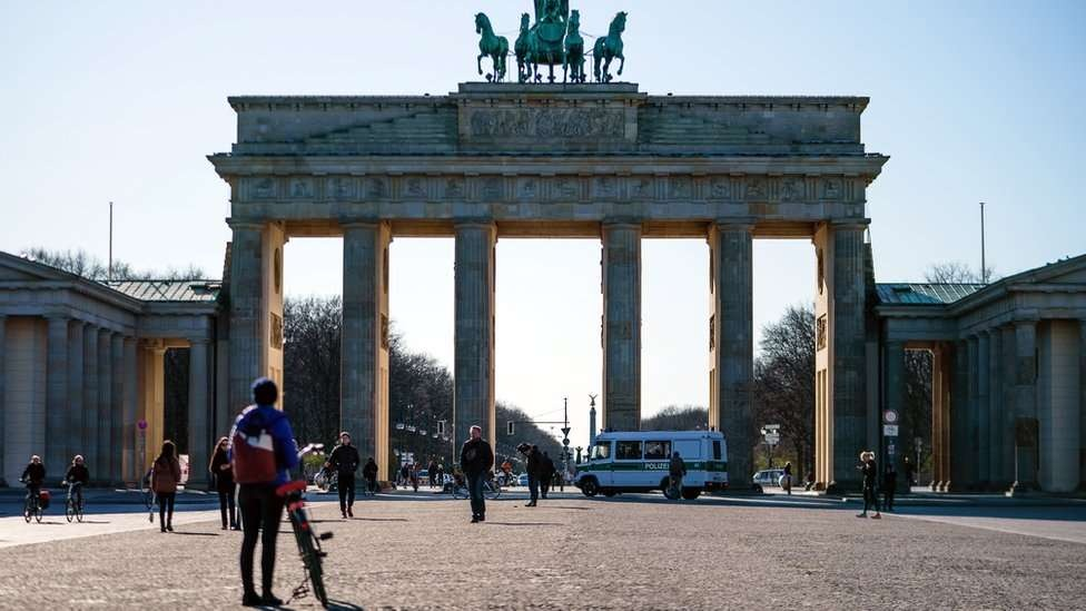 Governo da Alemanha proibiu que mais de duas pessoas se juntem nas ruas, exceto se forem familiares ou colegas de trabalho