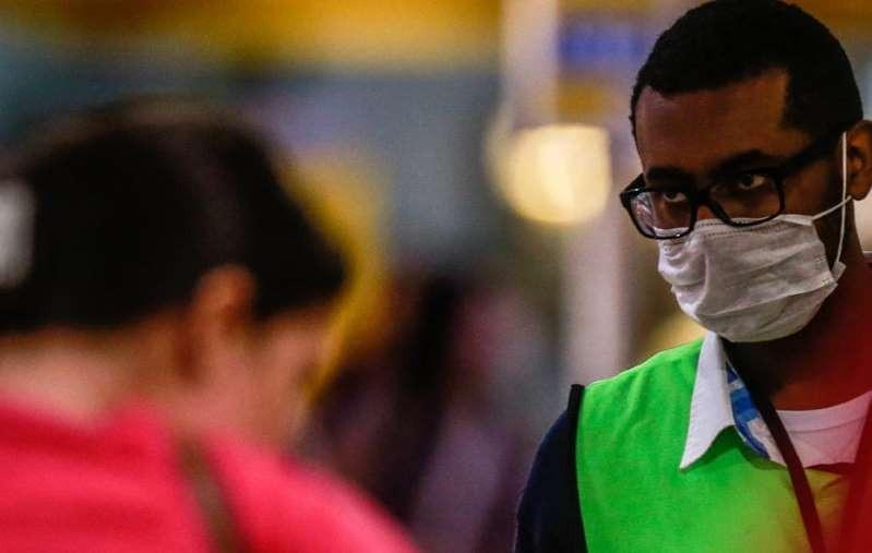 Funcionário usa máscara no Aeroporto de Cumbica, em Guarulhos