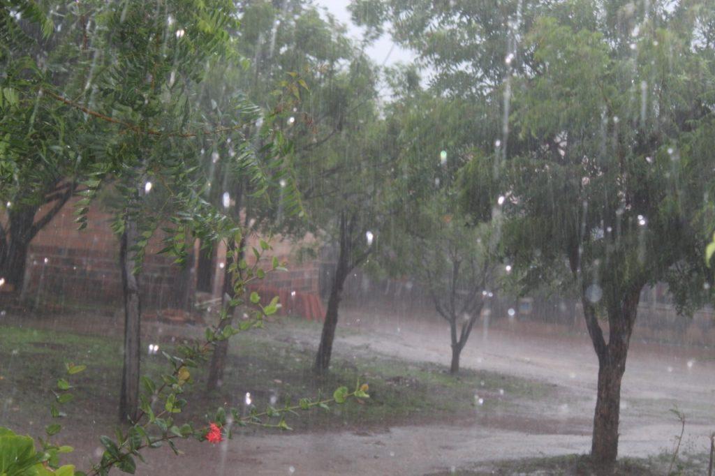 Chuva registrada de dentro de residência, na zona rural de Campo Maior (Foto: Ryan Andrade)