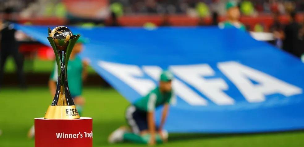 Troféu do atual Mundial de Clubes da Fifa: torneio como novo formato só deve estrear em 2022 — Foto: Reuters