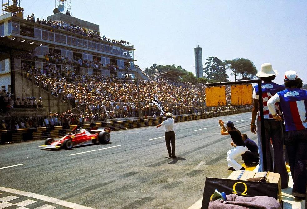 Reutemann recebe a bandeirada para vencer em Interlagos, em 1977 — Foto: Getty Images