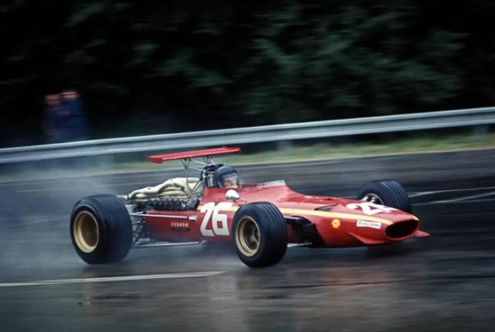 Jacky Ickx acelera para vencer pela primeira vez na F1, em 1968 — Foto: Getty Images