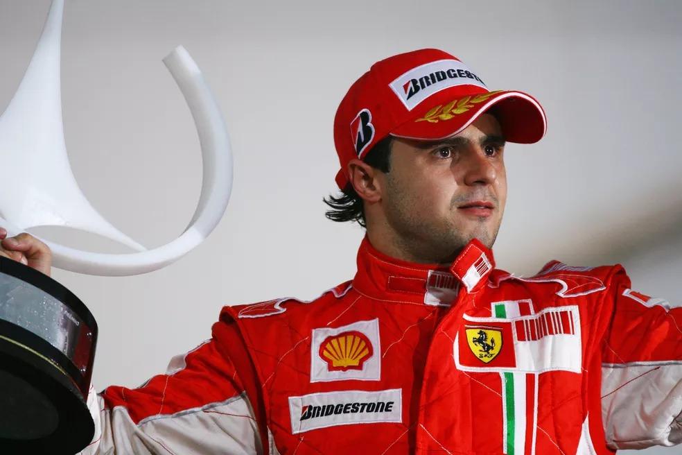 Massa com o troféu da vitória no GP do Brasil de 2008 — Foto: Getty Images