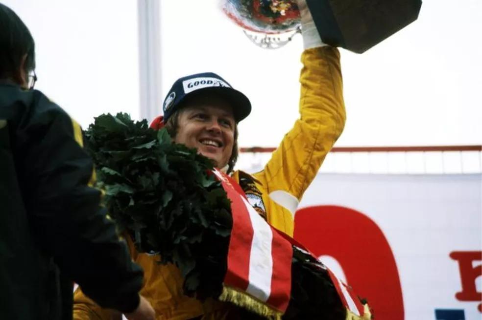 Ronnie Peterson ergue o troféu de sua última vitória na Fórmula 1 — Foto: Reprodução
