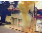 Vídeo: Trabalhadores recebem choque elétrico após cabo entrar em curto